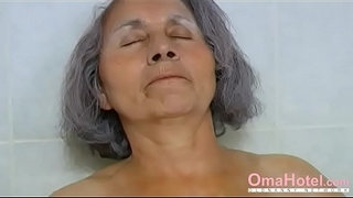 OmaHoteL-Grandma-and-Mature-are-Playing-Together